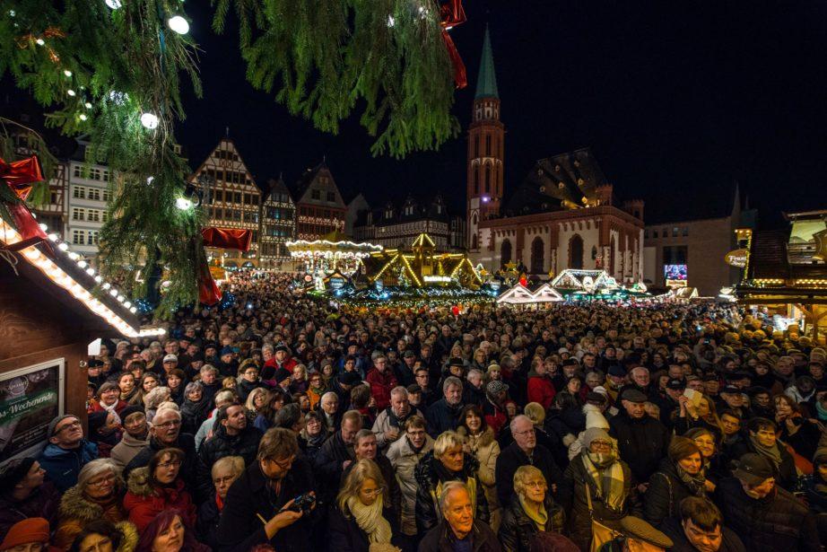 Frankfurter Weihnachtsmarkt.Wenn Weihnachtsbaum Und Skyline Um Die Wette Funkeln Frankfurter